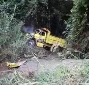 Conductor y su hijo alcanzaron a saltar de volqueta que cayó por precipicio 1