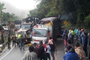 Trancón en La Línea por colisión de camiones 1