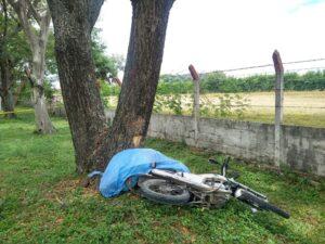 Perdió su vida luego de chocar en su moto contra un árbol 1