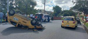 Fotos: Taxis chocaron y uno resultó volcado 1
