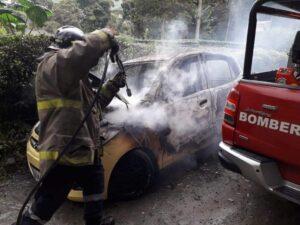 Fotos y video: Un taxi quedó reducido a cenizas y latas retorcidas en la vereda Cay 1