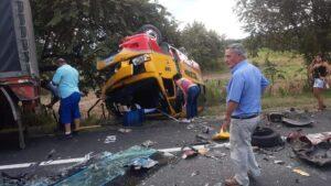 Un muerto y seis heridos dejó choque entre vehículo y buseta de Rápido Tolima 1