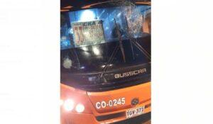 #Video: Tres mujeres heridas por ataque de encapuchados a buseta 1