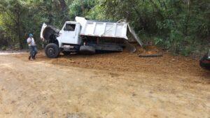 Volqueta perdió su troque y llantas traseras en la vía a Payandé 1