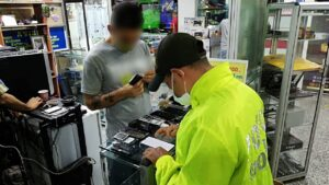 Tres locales de venta de celulares fueron sellados por la Policía 1