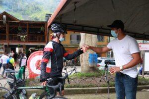 Ciclistas que visitan el Cañón del Combeima fueron sensibilizados en correcta disposición de basuras 1