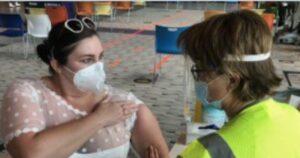 Mujer se vacunó con su vestido de novia 1