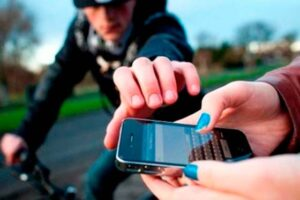 roban celulares a niños que jugaban frente a sus casas 1