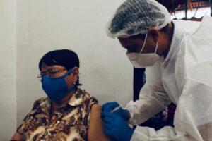 En Ibagué continúa la aplicación de la segunda dosis de Sinovac para adultos mayores de 80 años. 1