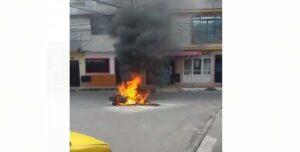 Video: Comunidad prendió fuego a moto de ladrones en El Ricaurte 1